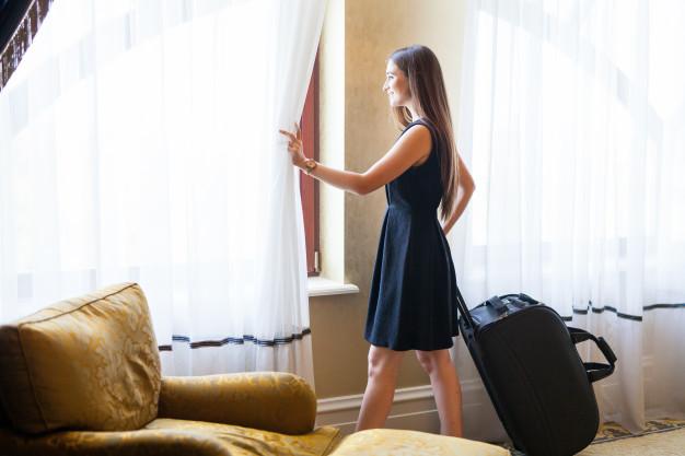 desinfección de hoteles - cortinas y chica