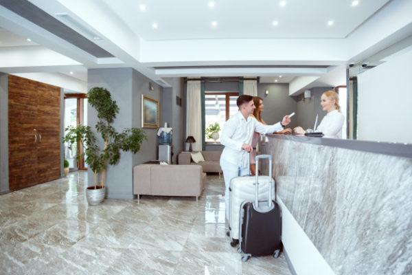 Desinfección de hoteles - pareja